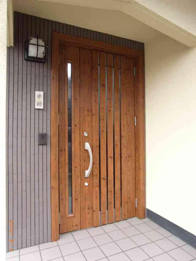 玄関ドアと一緒にタイル工事もし、イメージ一新リフォーム! 奈良市H様邸
