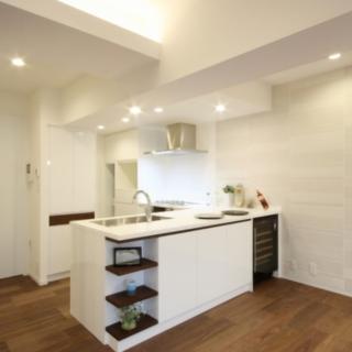 オープンなL型のキッチン