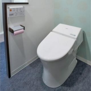 ブルーのアクセントクロスが印象的なトイレ