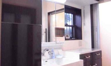広く明るい洗面所リフォーム。お風呂への動線もバッチリ