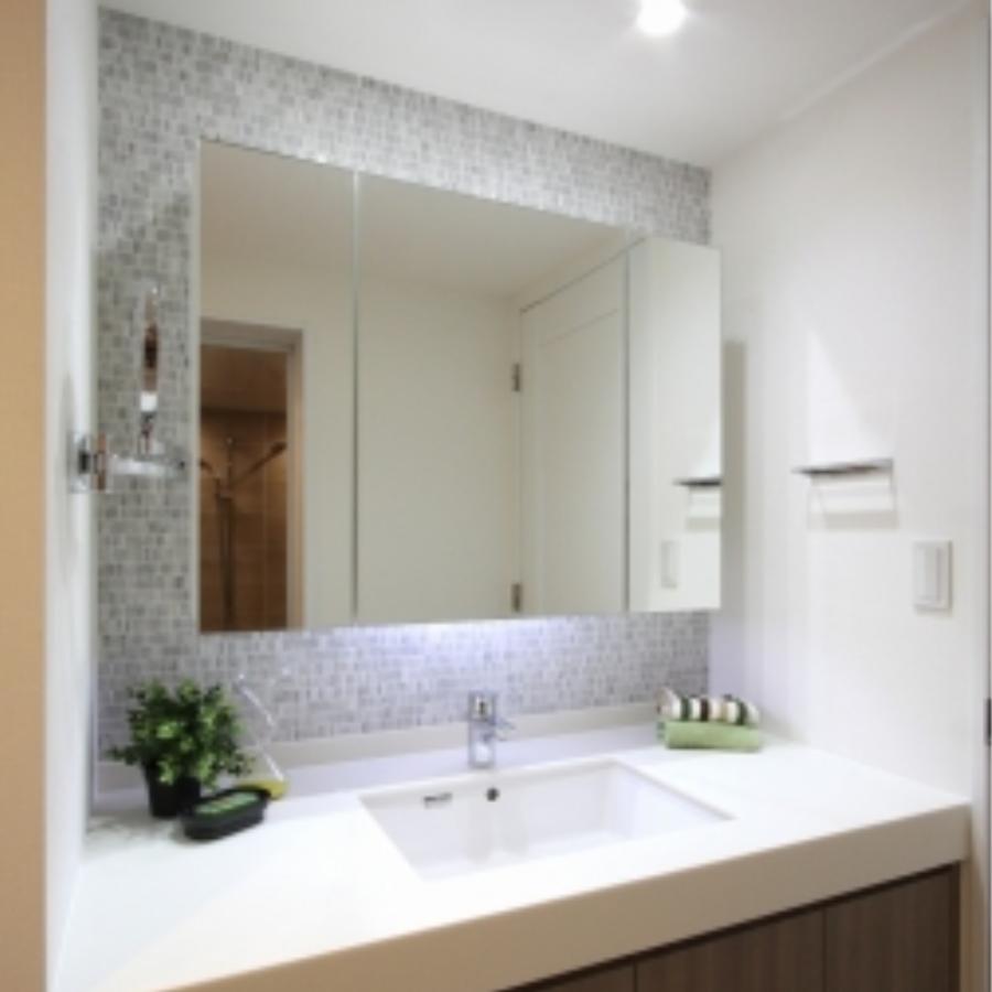 洗面室に入ると、壁面のタイルが印象的