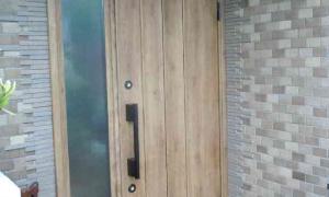 お家の顔でもある玄関ドアもナチュラルにリフォーム