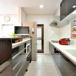 キッチンと同じ面材の背面収納は造作のハイカウンター内に