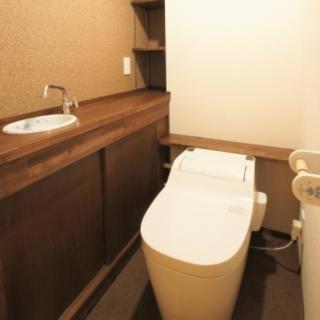 ダークカラーの収納付手洗いカウンターとタンクレストイレをチョイス