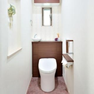 木製キャビネットのTOTOレストパルで、落ち着いたトイレに