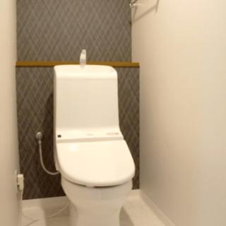 トイレにも一工夫。背面のクロスをダーク系にする