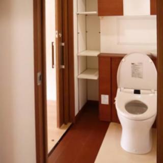 広々ゆったりで収納も充実なトイレへ