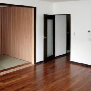 落ち着きのあるリビングと畳が見える和室