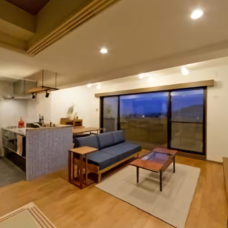 タイルと無垢材を使って家具とも調和する落ち着いたカフェの様な空間へ