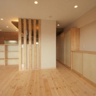 リビングの壁面に作られた収納棚とキッチンカウンター収納