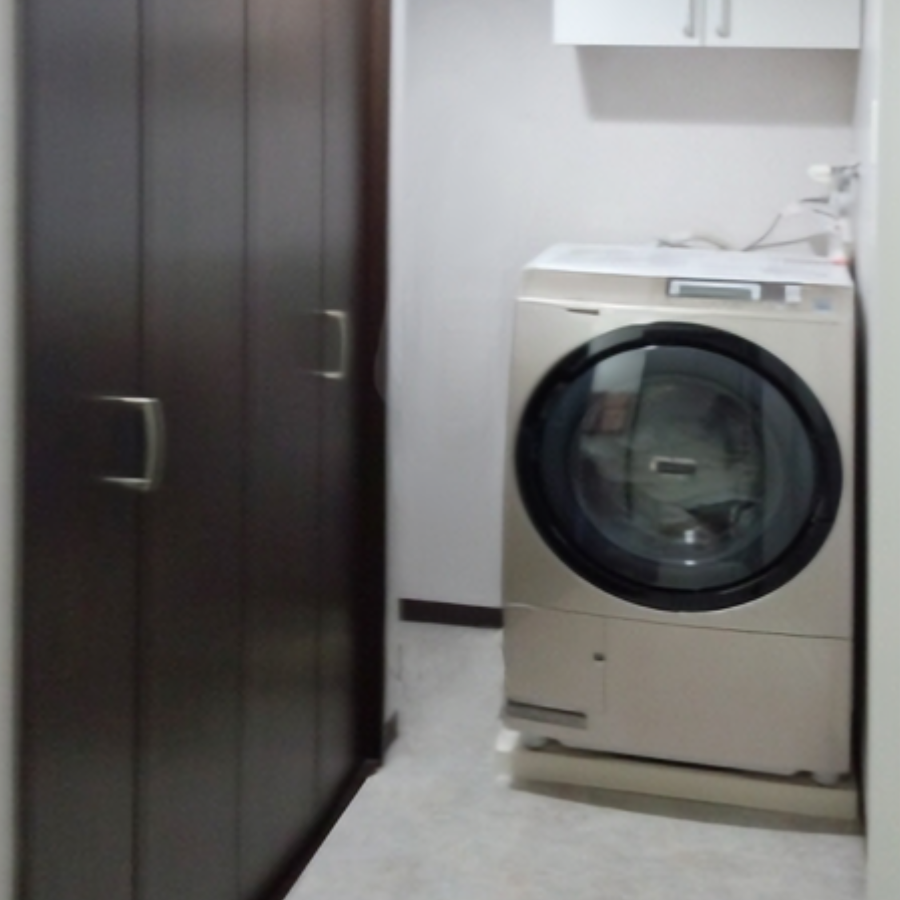 洗面スペースの大型収納は洗濯機の位置移動で実現