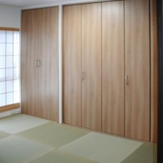 縁なし畳と天井までの収納のモダン和室