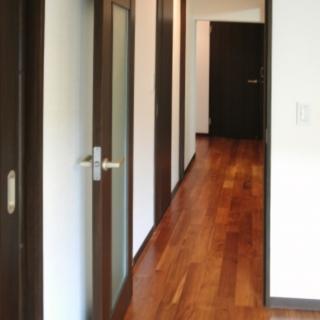 建具と床材で演出する落ち着きある空間