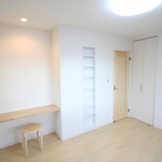 間取りの変更、床の貼り替え、壁紙の貼り替えを行った洋室