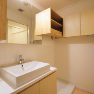 造作で作ったカウンターと収納で既製品にはない優しい雰囲気の洗面へ