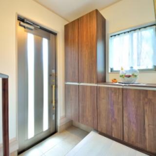 玄関ドアと窓の位置はそのままに大容量の収納を設置
