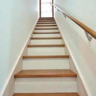 階段の踏み板と蹴込板の色を変えて明るくおしゃれに
