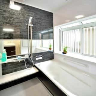 浴室は横に長い鏡と大きな出窓で更にゆったり
